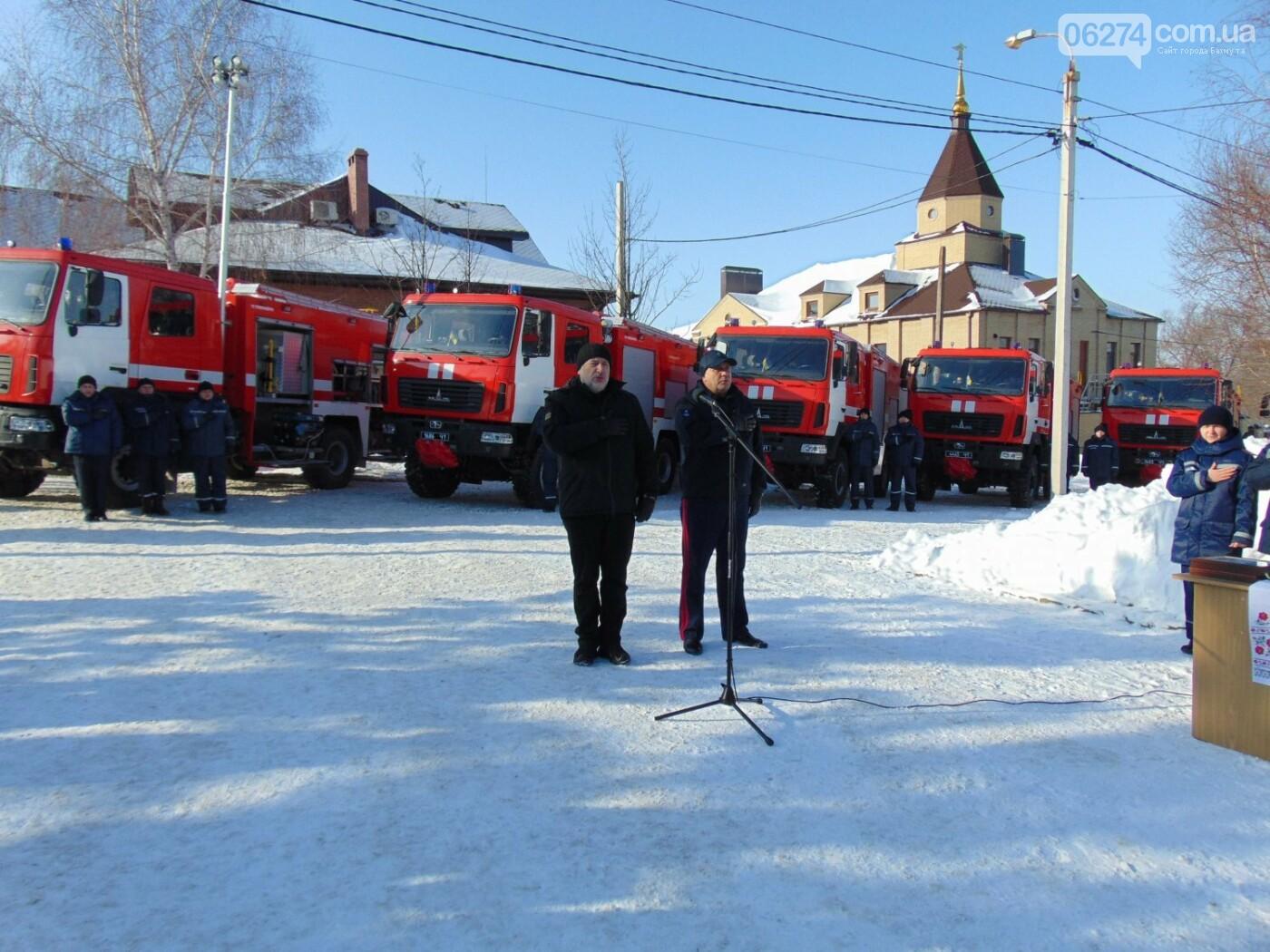 Спасателям Бахмута передали новые пожарные машины и инженерную технику, фото-1