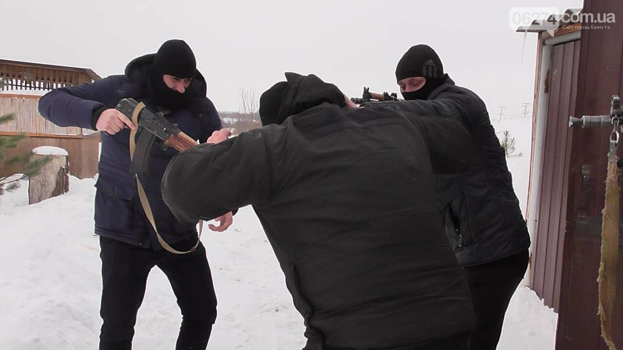 Полицейские Бахмута провели спецоперацию по освобождению заложников и задержанию преступников, фото-10