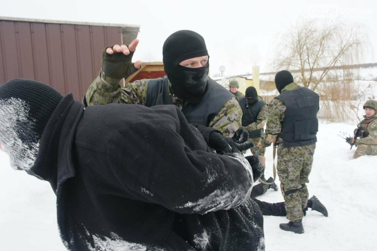 Полицейские Бахмута провели спецоперацию по освобождению заложников и задержанию преступников, фото-23