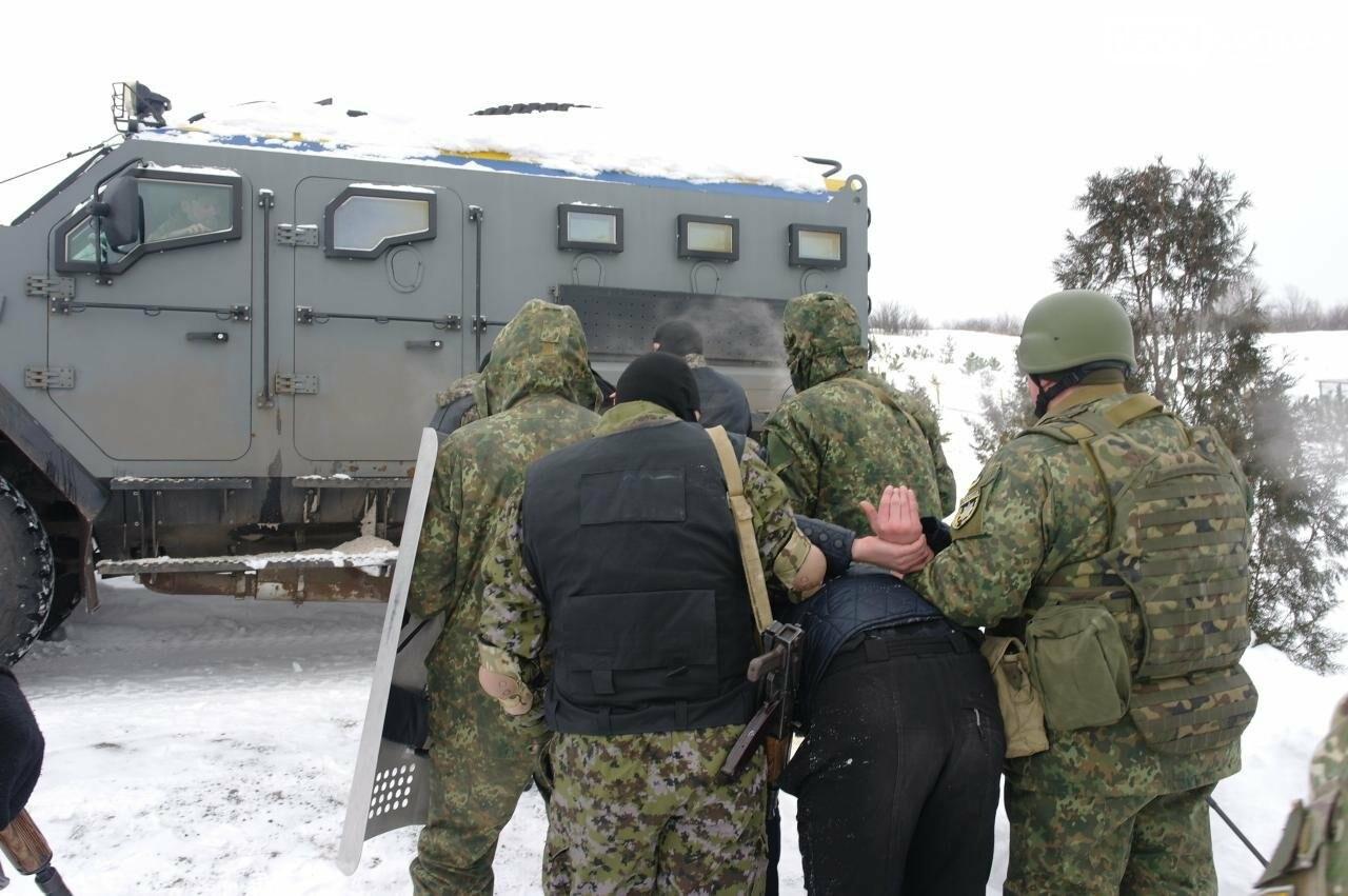 Полицейские Бахмута провели спецоперацию по освобождению заложников и задержанию преступников, фото-24