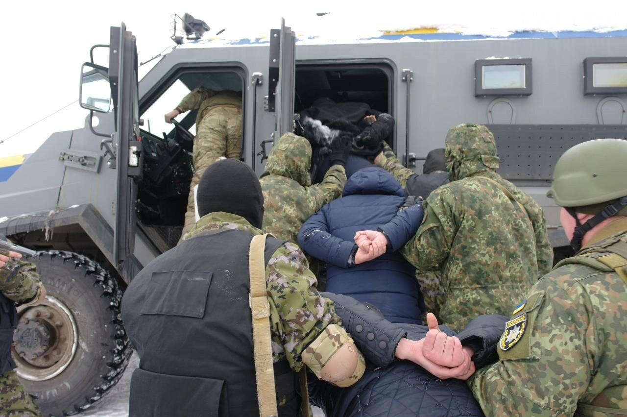 Полицейские Бахмута провели спецоперацию по освобождению заложников и задержанию преступников, фото-25