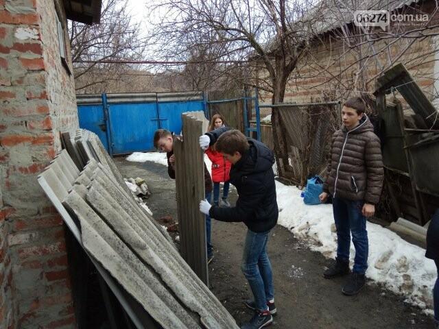 Школьники Бахмута помогли пожилым людям провести весенние работы во дворах, фото-5