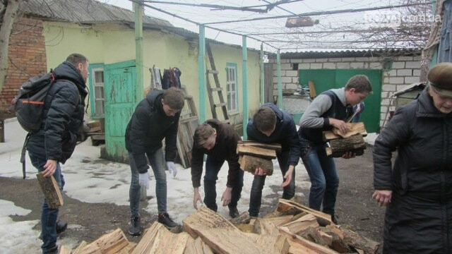 Школьники Бахмута помогли пожилым людям провести весенние работы во дворах, фото-1