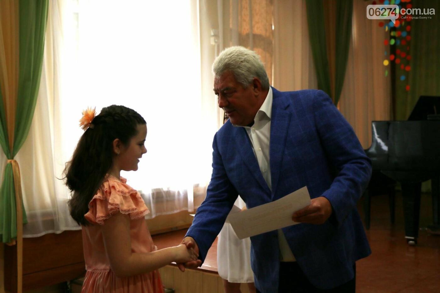 Одаренные дети Бахмута получили стипендии в награду за свое искусство, фото-5