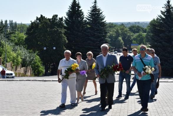 В Бахмуте прошло возложение цветов по случаю Дня скорби и памяти жертв войны в Украине, фото-3