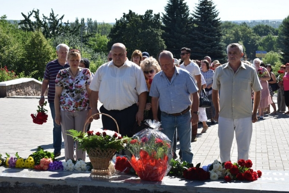 В Бахмуте прошло возложение цветов по случаю Дня скорби и памяти жертв войны в Украине, фото-5