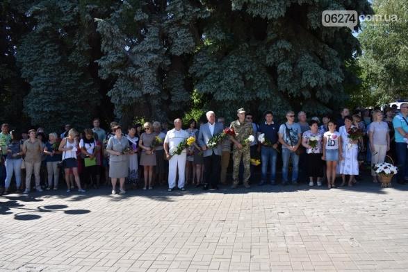 В Бахмуте прошло возложение цветов по случаю Дня скорби и памяти жертв войны в Украине, фото-1