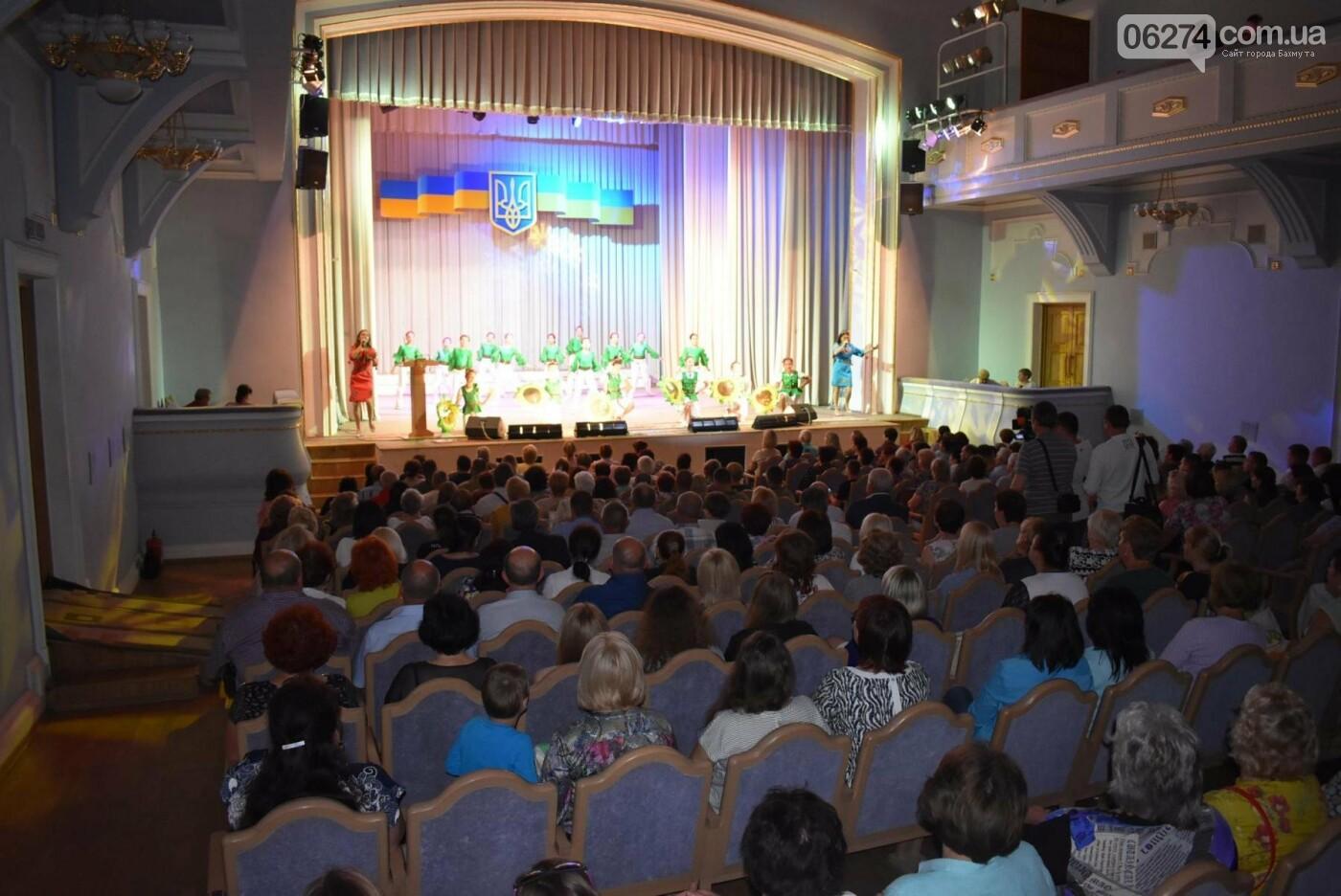 В Бахмуте прошло торжественное собрание по случаю Дня Конституции Украины, фото-11