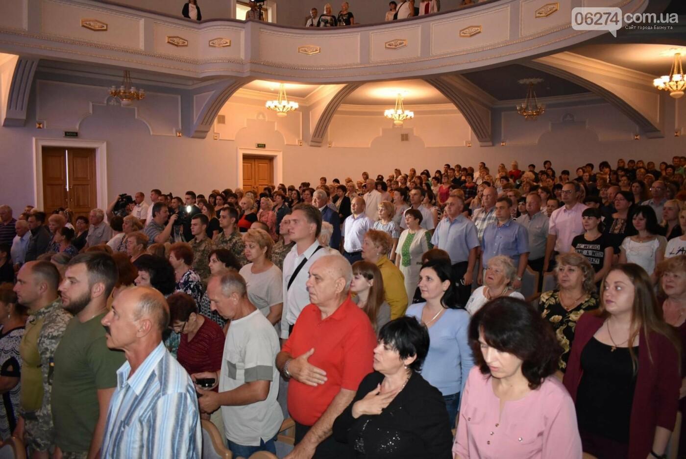 В Бахмуте прошло торжественное собрание по случаю Дня Конституции Украины, фото-1