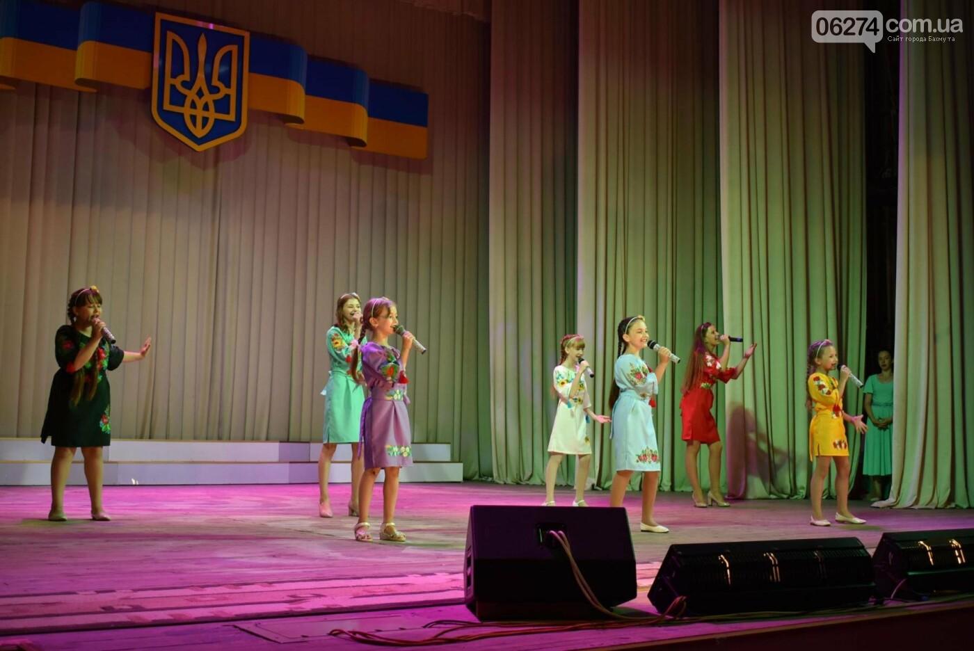 В Бахмуте прошло торжественное собрание по случаю Дня Конституции Украины, фото-4