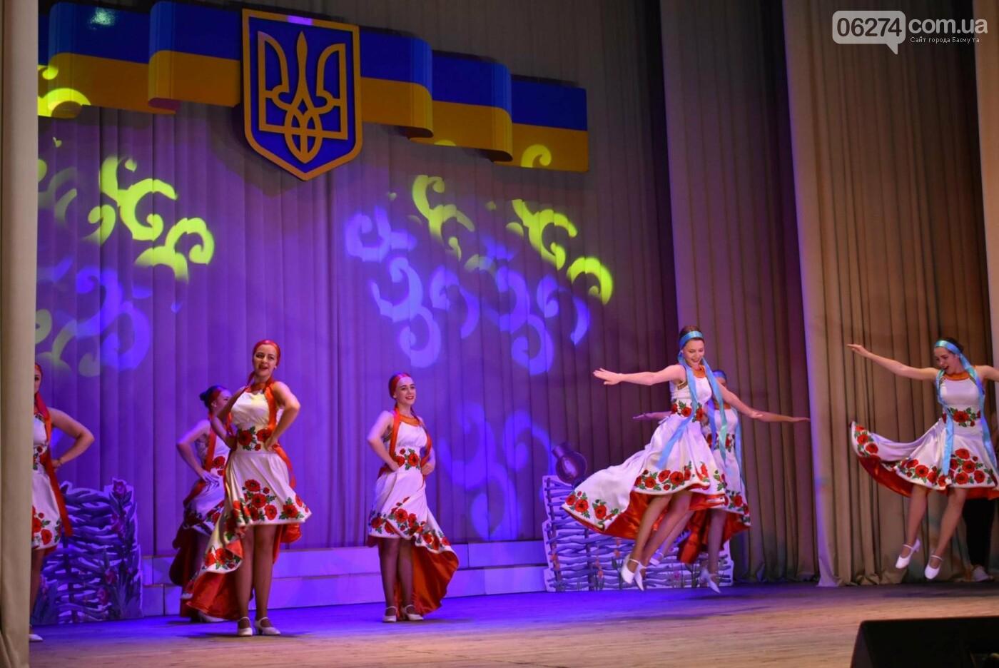 В Бахмуте прошло торжественное собрание по случаю Дня Конституции Украины, фото-9