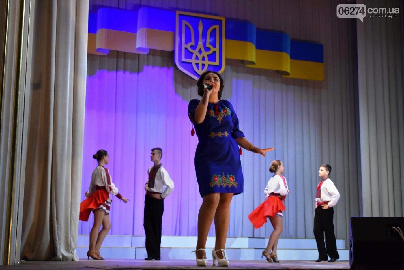 В Бахмуте прошло торжественное собрание по случаю Дня Конституции Украины, фото-3