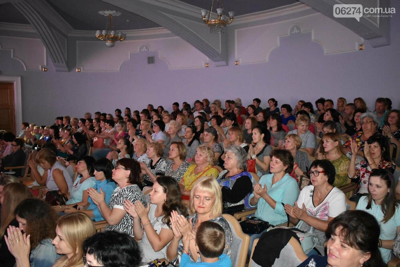 В Бахмуте прошло торжественное собрание по случаю Дня Конституции Украины, фото-13