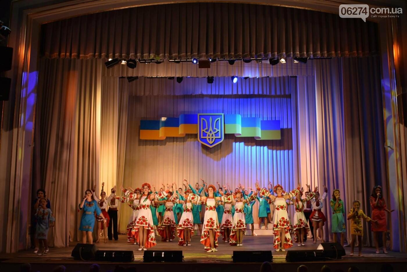 В Бахмуте прошло торжественное собрание по случаю Дня Конституции Украины, фото-14