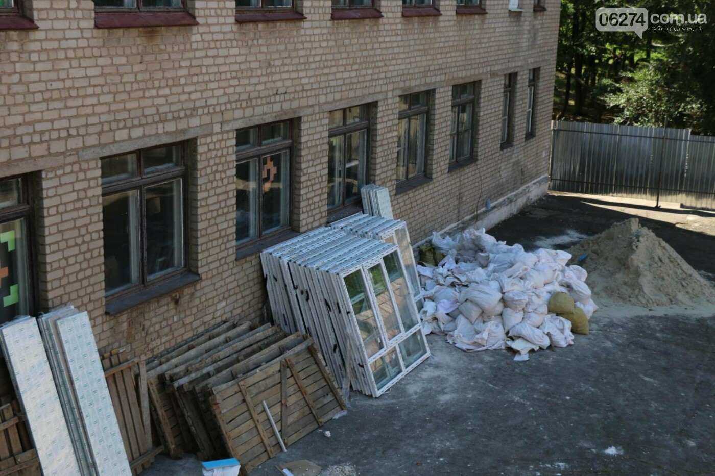 В Бахмуте проходит реконструкция двух школ, фото-20