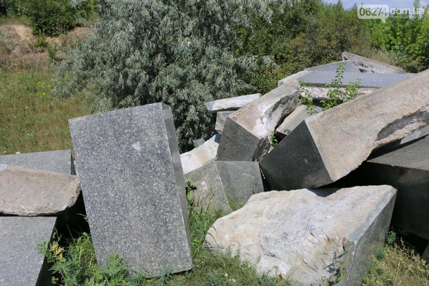 Нашлись мраморные плиты с «декоммунизированных» памятников в Бахмуте, фото-4