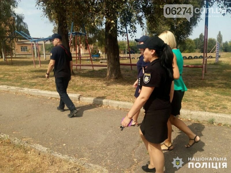 Полицейские Бахмута проводят обследование школ накануне 1 сентября, фото-2