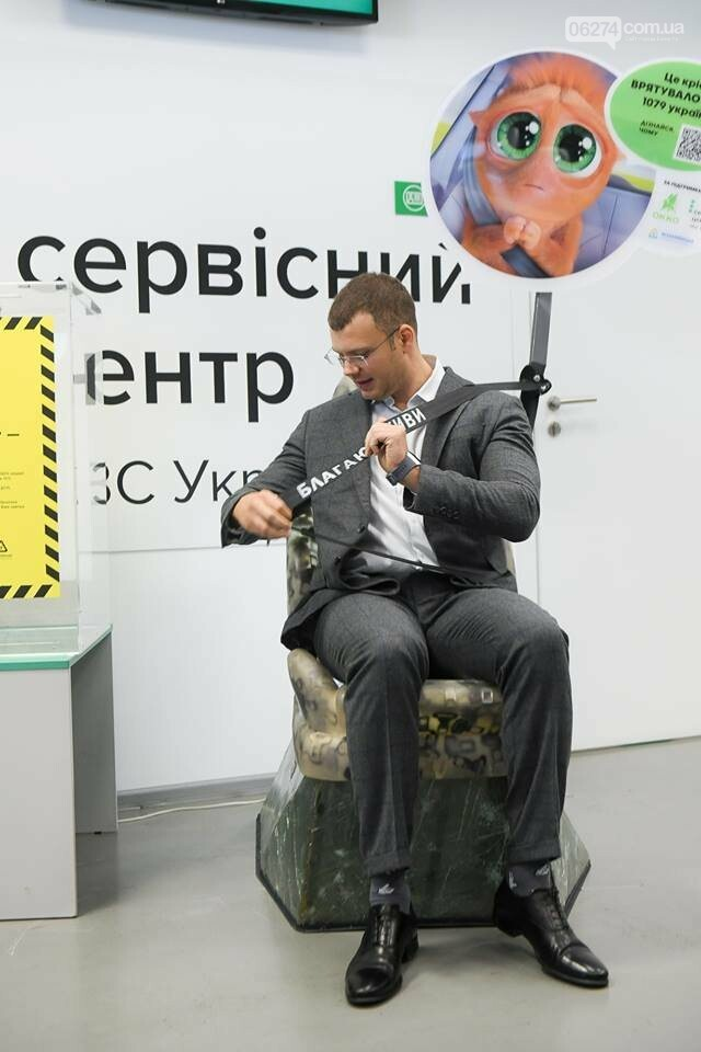 В сервисных центрах МВД представили арт-объект – кресло из автомобильных заглушек, фото-2