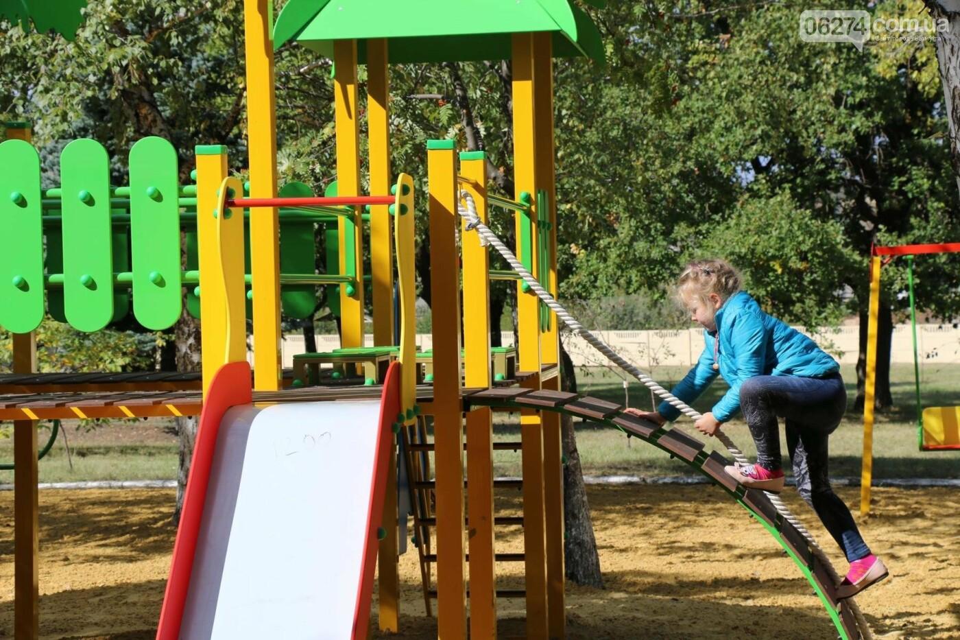Обновленную детскую площадку открыли в Бахмутской ЦРБ, фото-7