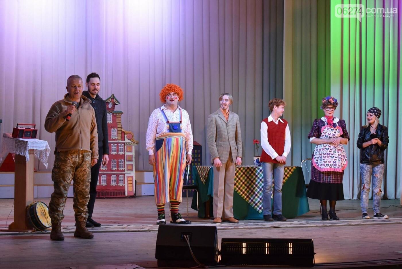 Для детей Бахмута показали спектакль «Малыш и Карлсон», фото-14