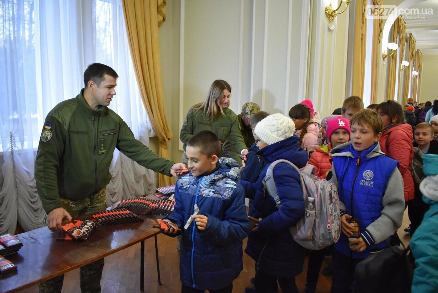 Для детей Бахмута показали спектакль «Малыш и Карлсон», фото-17