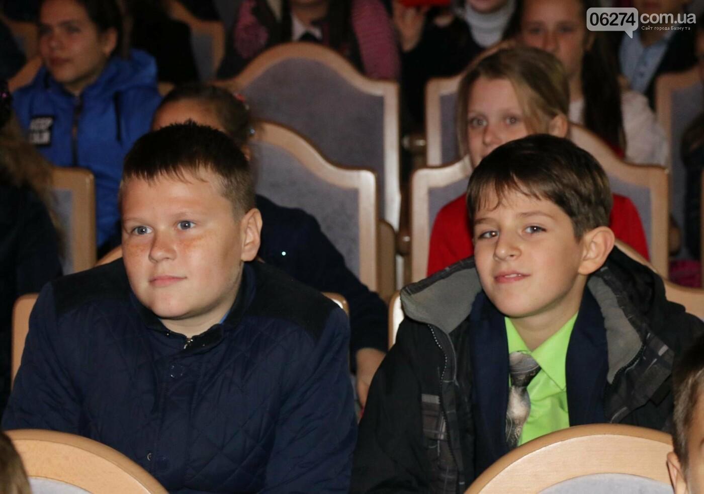 Для детей Бахмута показали спектакль «Малыш и Карлсон», фото-4