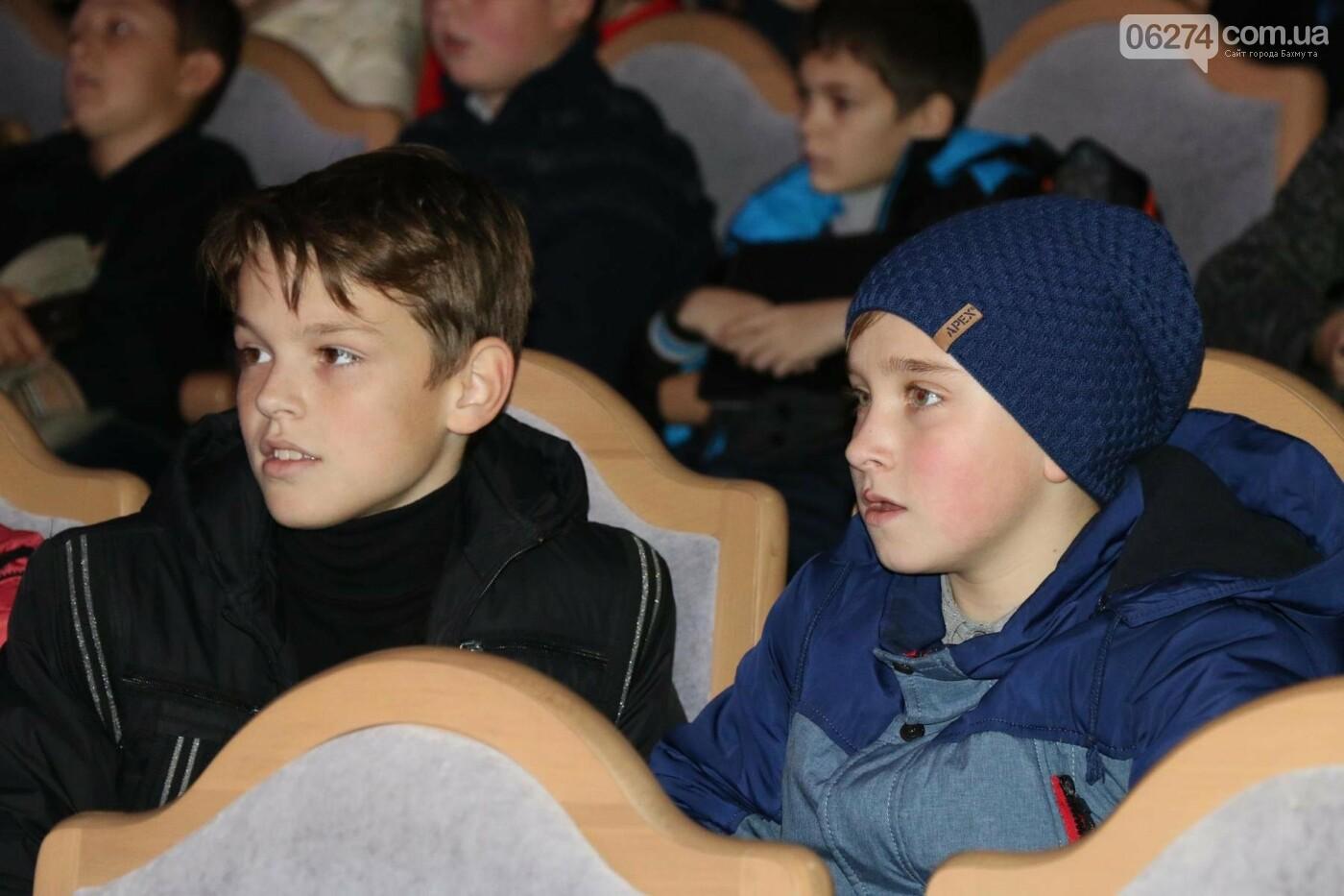 Для детей Бахмута показали спектакль «Малыш и Карлсон», фото-1
