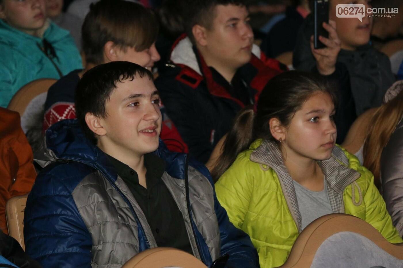 Для детей Бахмута показали спектакль «Малыш и Карлсон», фото-10