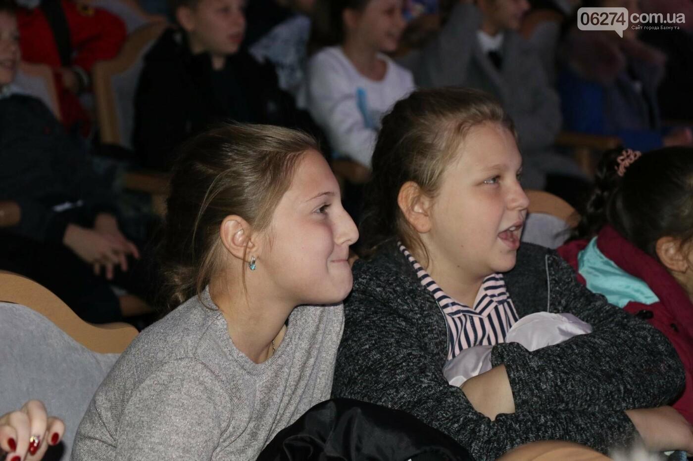 Для детей Бахмута показали спектакль «Малыш и Карлсон», фото-12