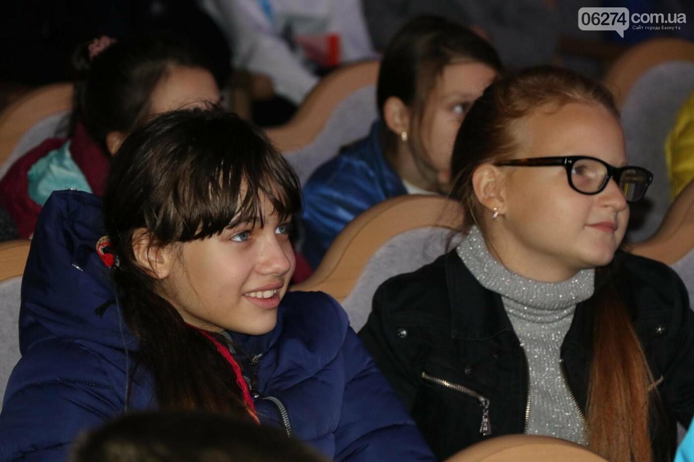Для детей Бахмута показали спектакль «Малыш и Карлсон», фото-6