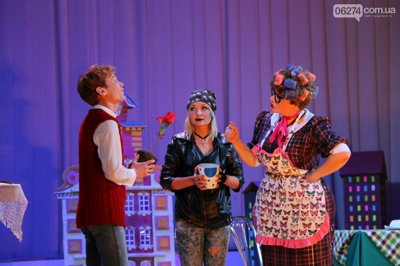 Для детей Бахмута показали спектакль «Малыш и Карлсон», фото-3