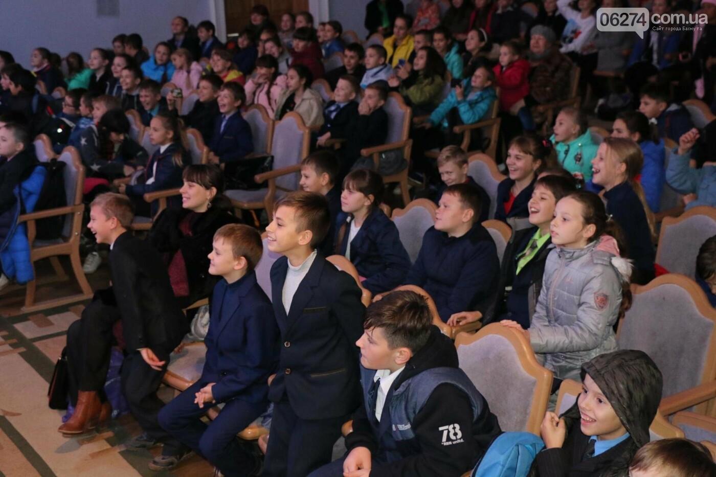 Для детей Бахмута показали спектакль «Малыш и Карлсон», фото-8