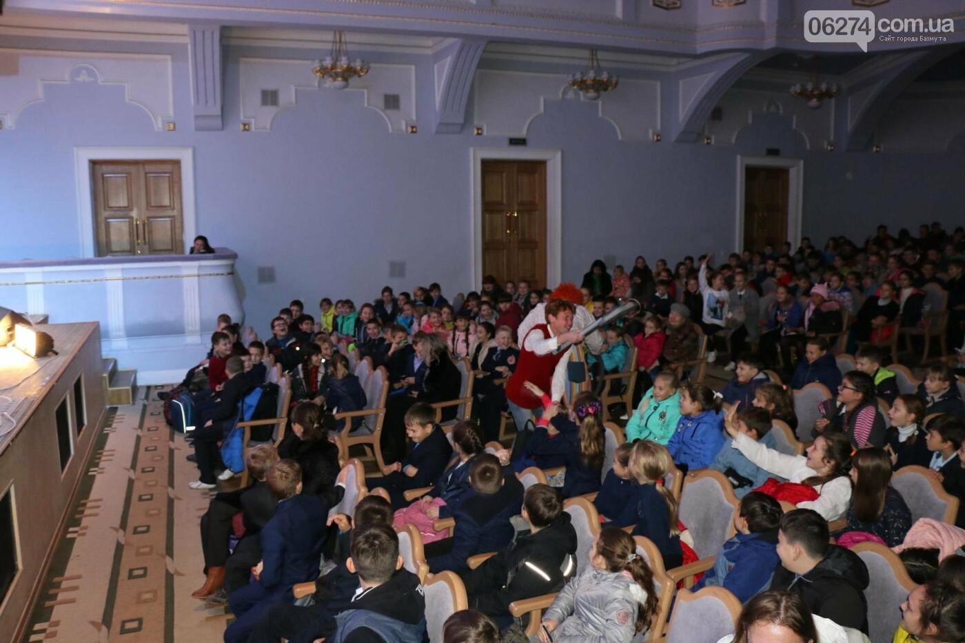 Для детей Бахмута показали спектакль «Малыш и Карлсон», фото-13