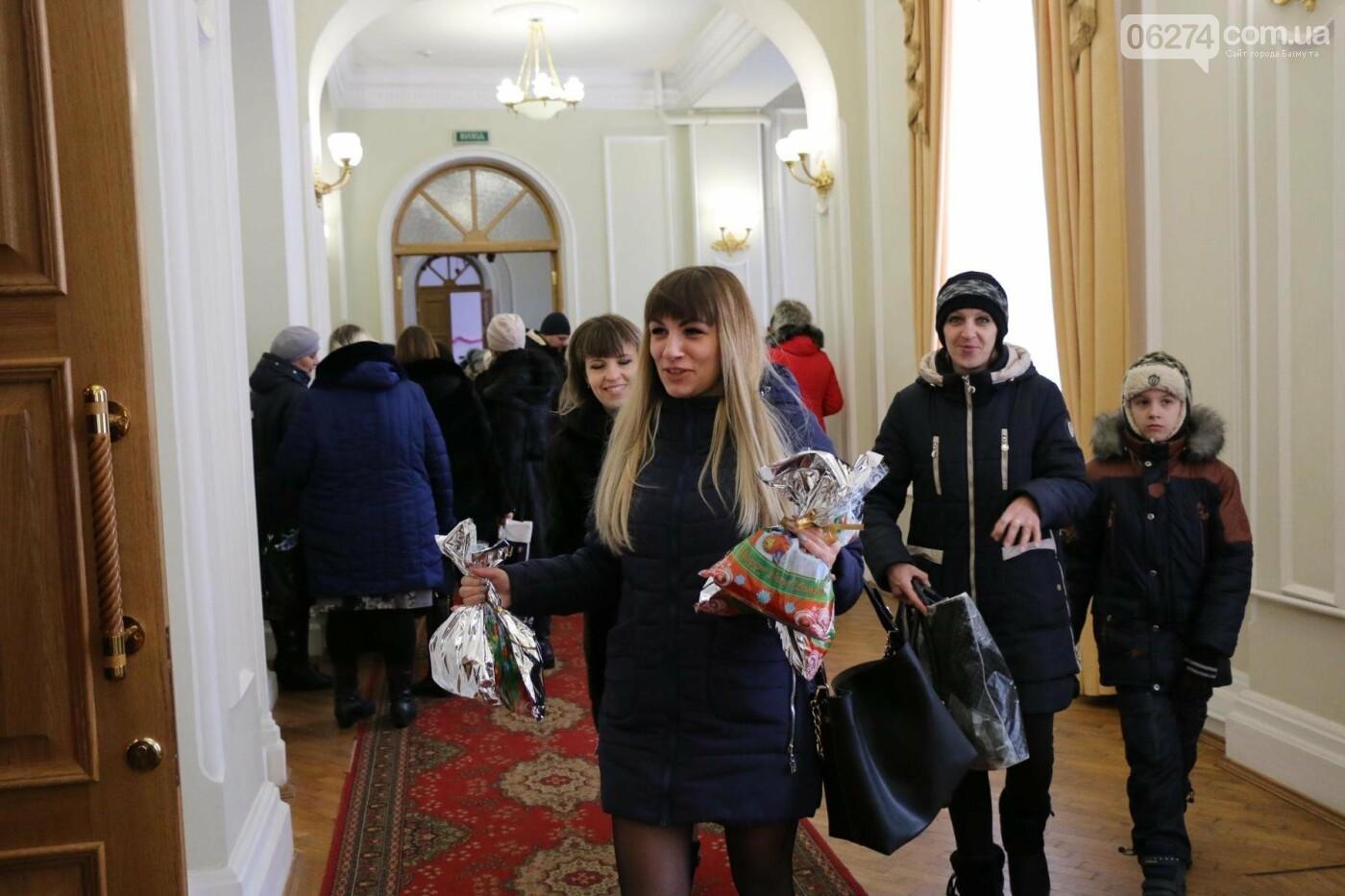 Детям Бахмута подарили сладкие подарки к Новому Году, фото-1
