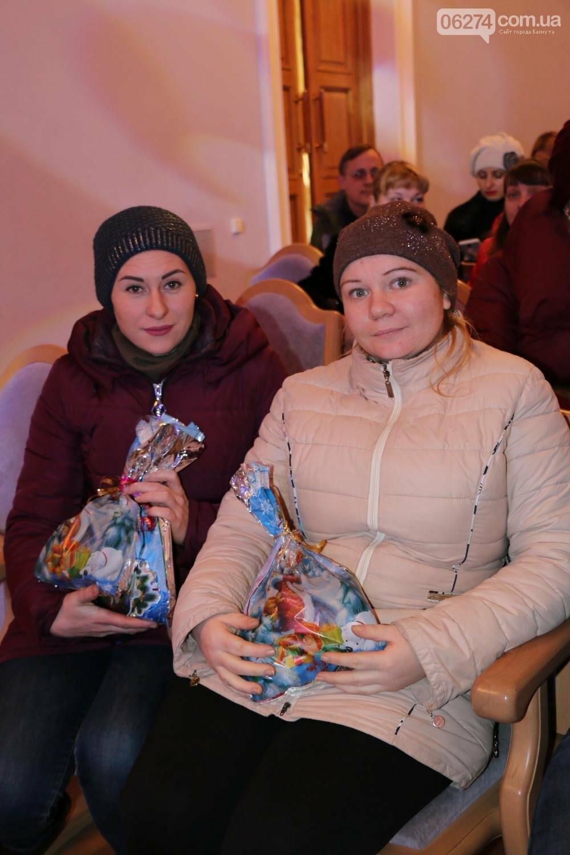 Детям Бахмута подарили сладкие подарки к Новому Году, фото-13