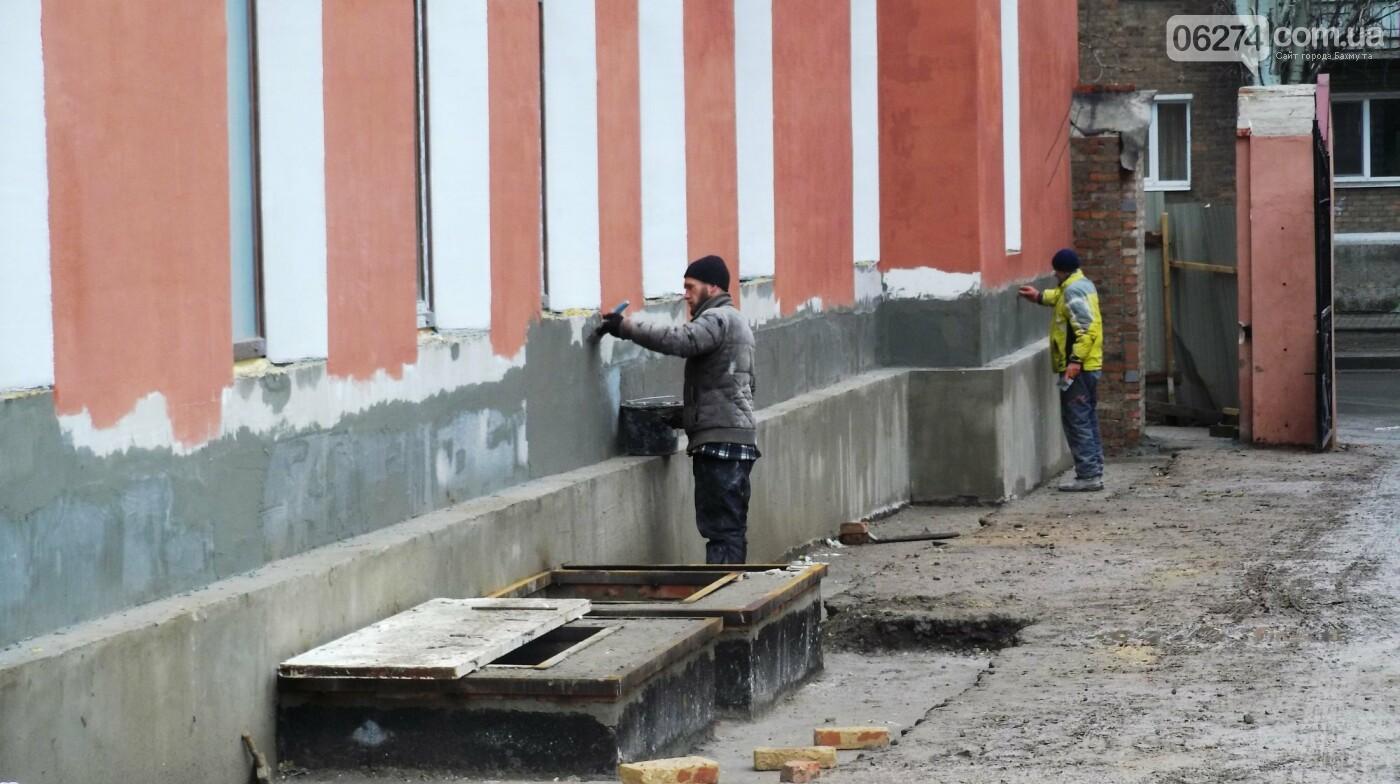 Мэр Бахмута проверил выполнение работ на объектах строительства в городе, фото-2