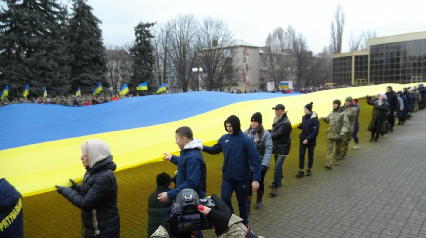 В Бахмуте в День Соборности развернули огромный флаг Украины, фото-17