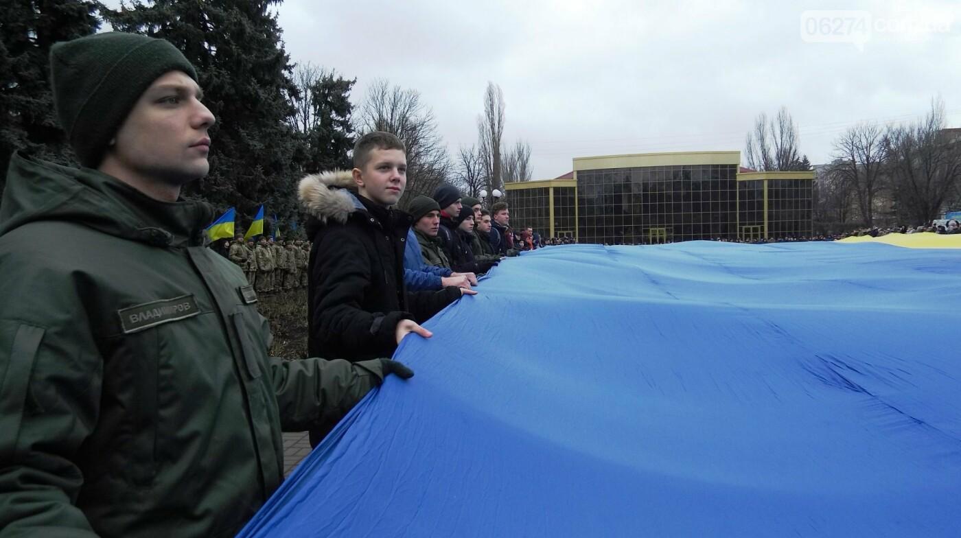 В Бахмуте в День Соборности развернули огромный флаг Украины, фото-16