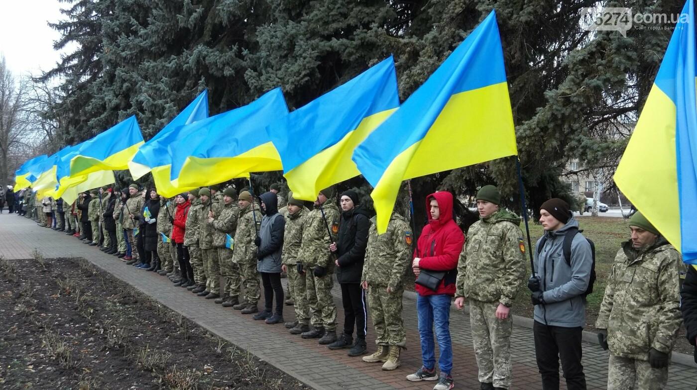 В Бахмуте в День Соборности развернули огромный флаг Украины, фото-4