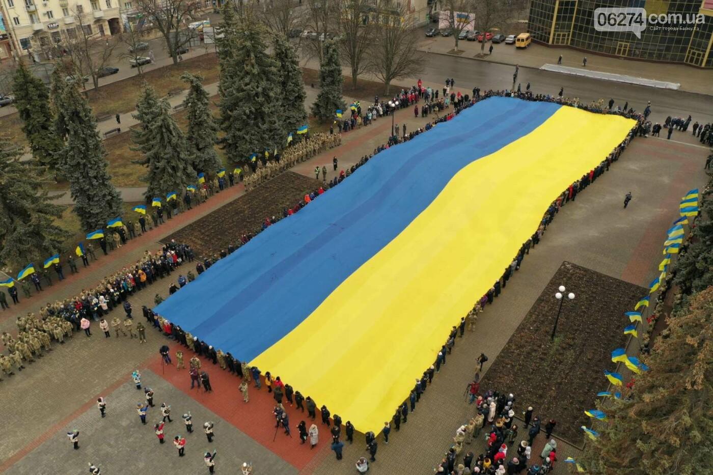 В Бахмуте в День Соборности развернули огромный флаг Украины, фото-18