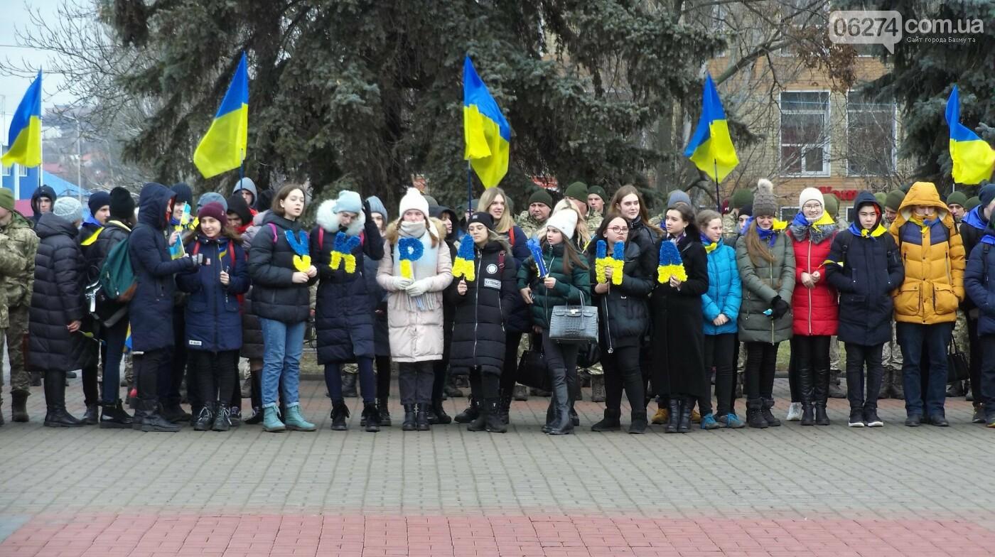 В Бахмуте в День Соборности развернули огромный флаг Украины, фото-6