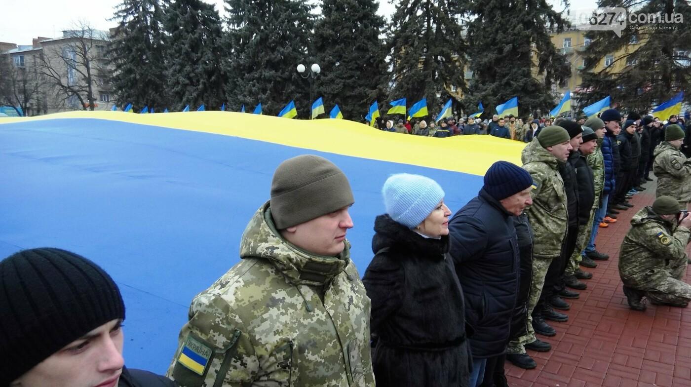 В Бахмуте в День Соборности развернули огромный флаг Украины, фото-10