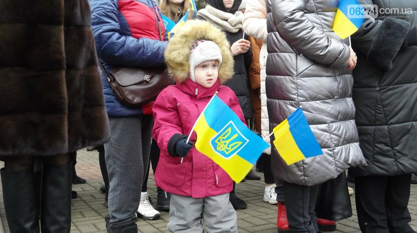 В Бахмуте в День Соборности развернули огромный флаг Украины, фото-9