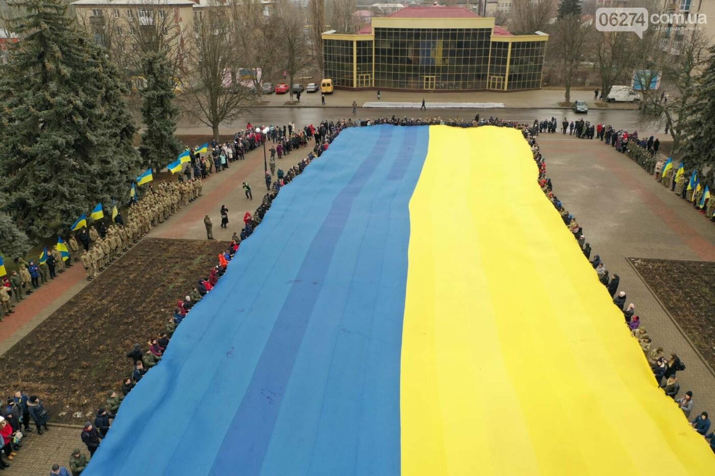 В Бахмуте в День Соборности развернули огромный флаг Украины, фото-14
