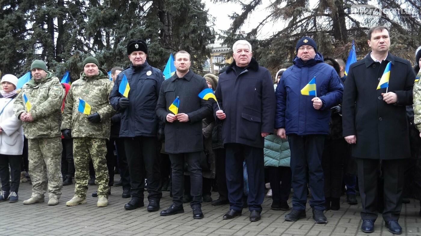 В Бахмуте в День Соборности развернули огромный флаг Украины, фото-12