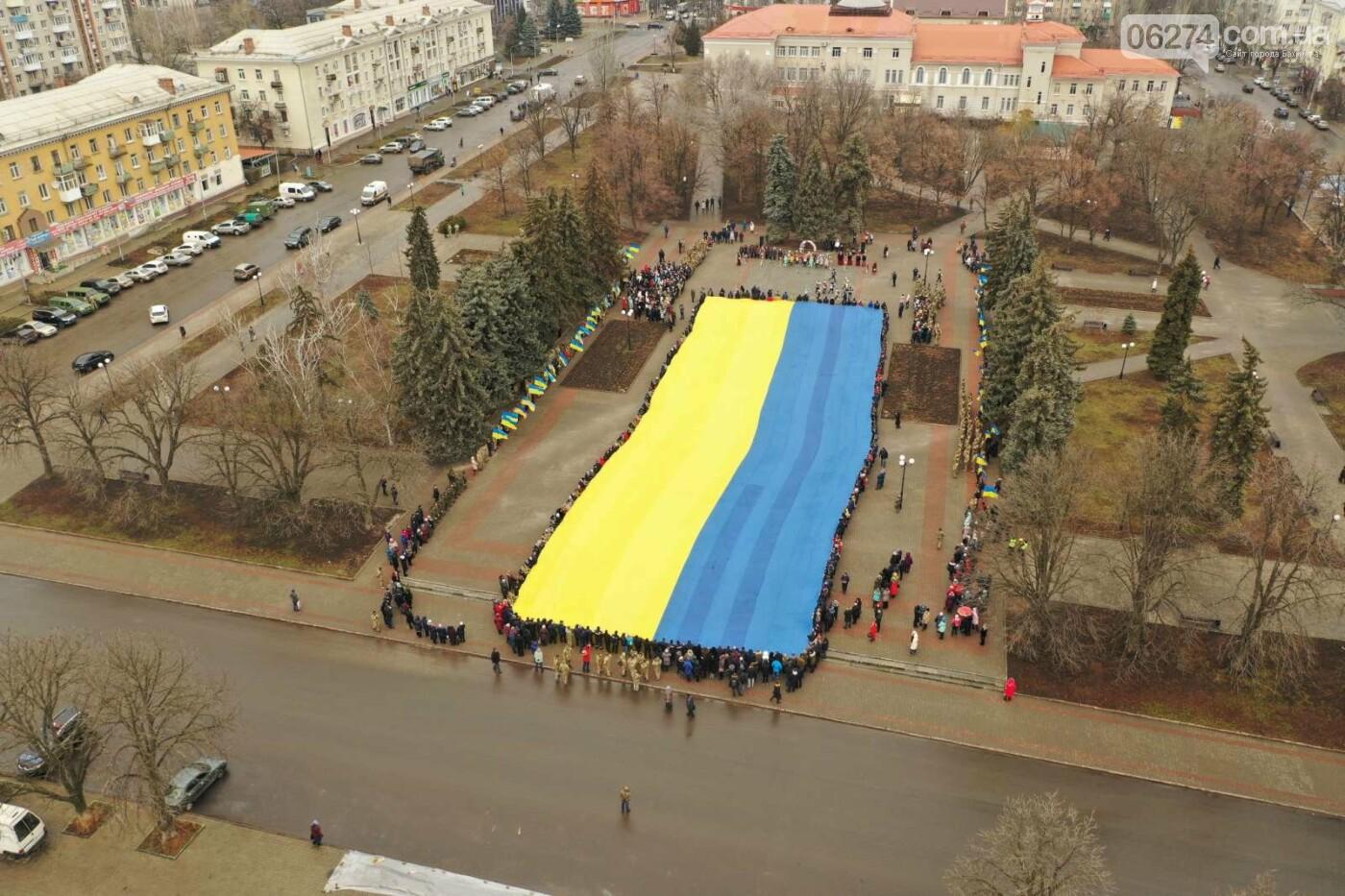 В Бахмуте в День Соборности развернули огромный флаг Украины, фото-19