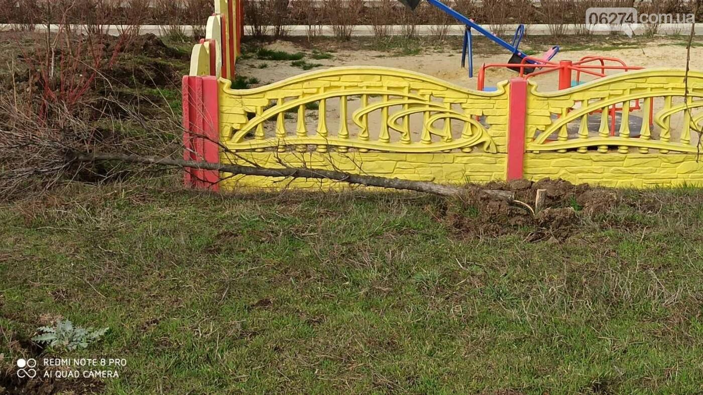 В Бахмуте вандалы выломали молодые деревья на набережной (ФОТО), фото-2