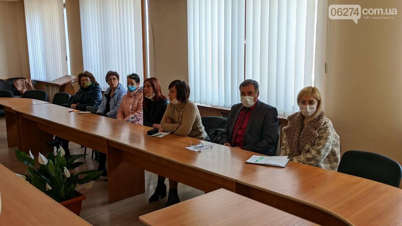 Для медиков Бахмута дополнительно пошьют защитные халаты, фото-3
