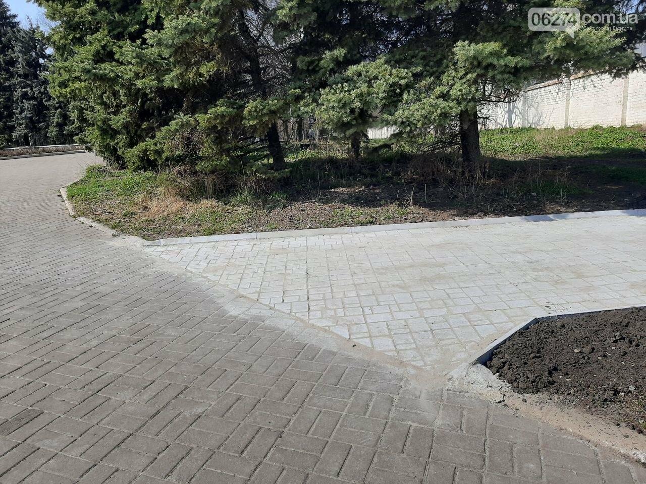 В Бахмуте продолжается ремонт тротуаров, фото-2