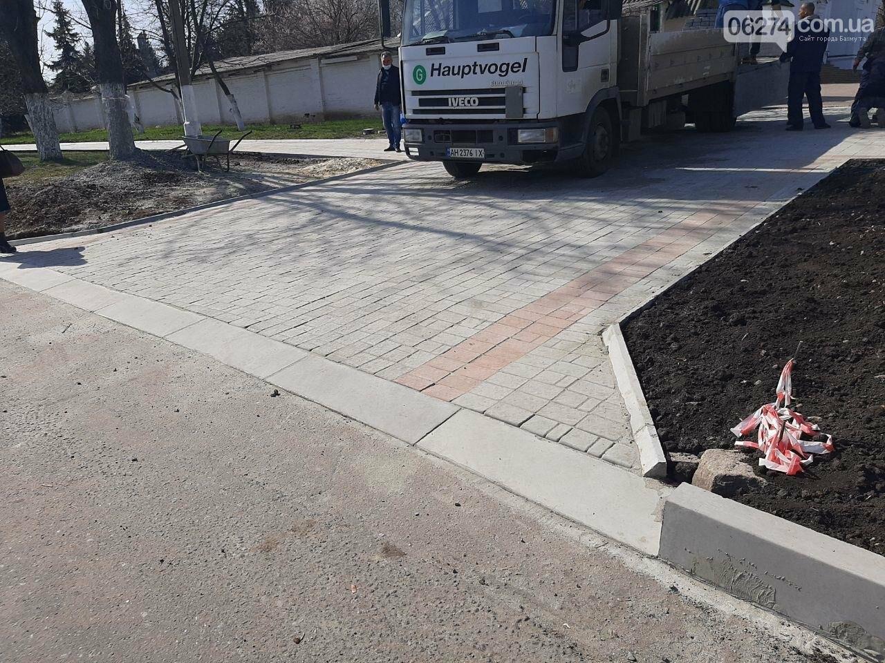 В Бахмуте продолжается ремонт тротуаров, фото-3